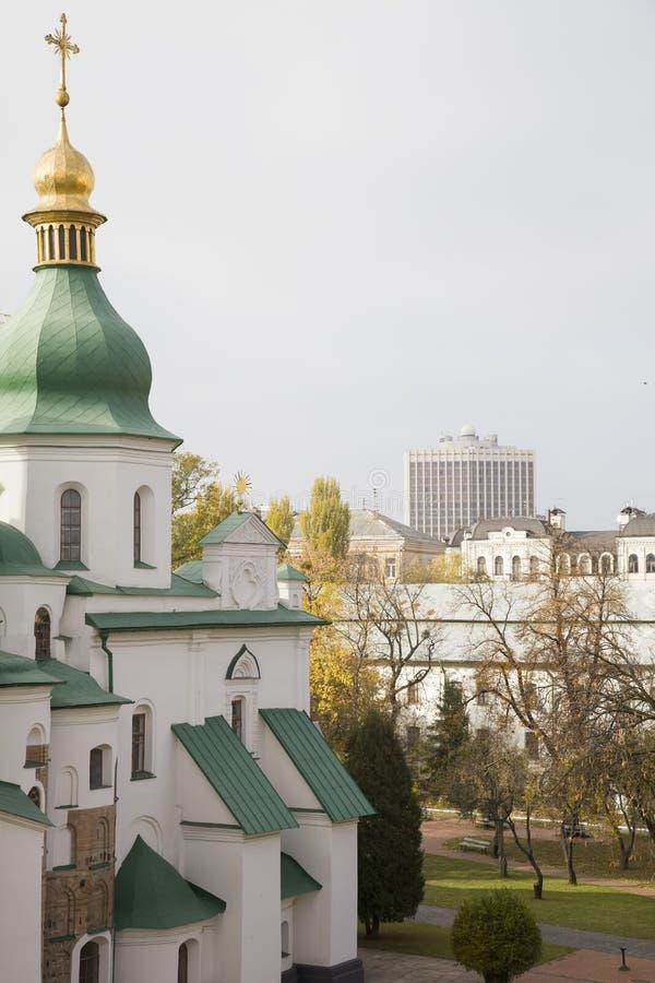 Παλαιός καθεδρικός ναός και νεωτερισμός στοκ εικόνες με δικαίωμα ελεύθερης χρήσης