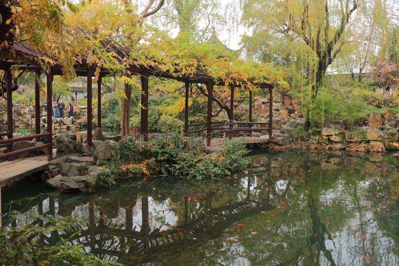 Παλαιός κινεζικός κλασσικός διάδρομος και αρχιτεκτονική στο liuyuan κήπο στο φθινόπωρο στοκ εικόνες με δικαίωμα ελεύθερης χρήσης