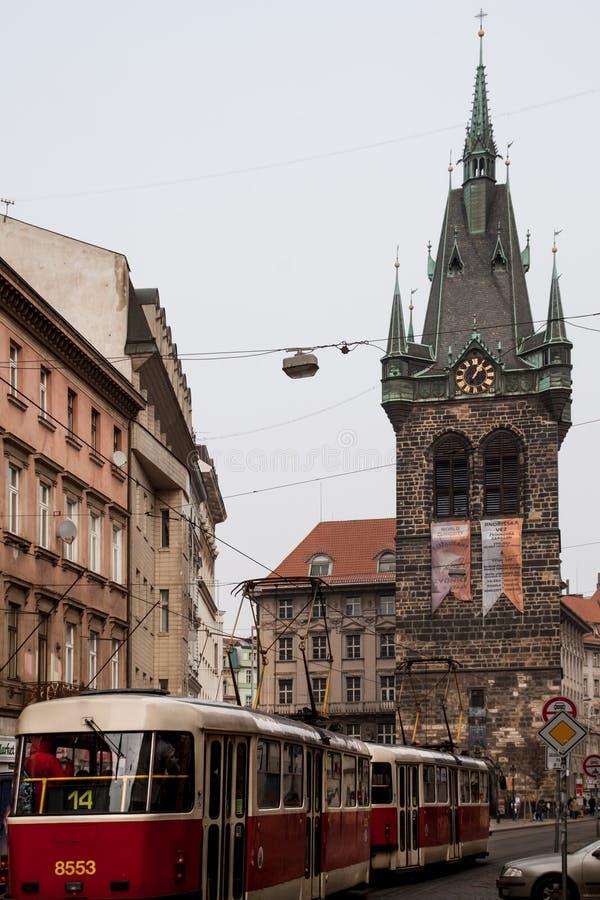 Παλαιός κλασικός αγύρτης στις οδούς της Πράγας κατά τη διάρκεια του χειμώνα στοκ φωτογραφίες