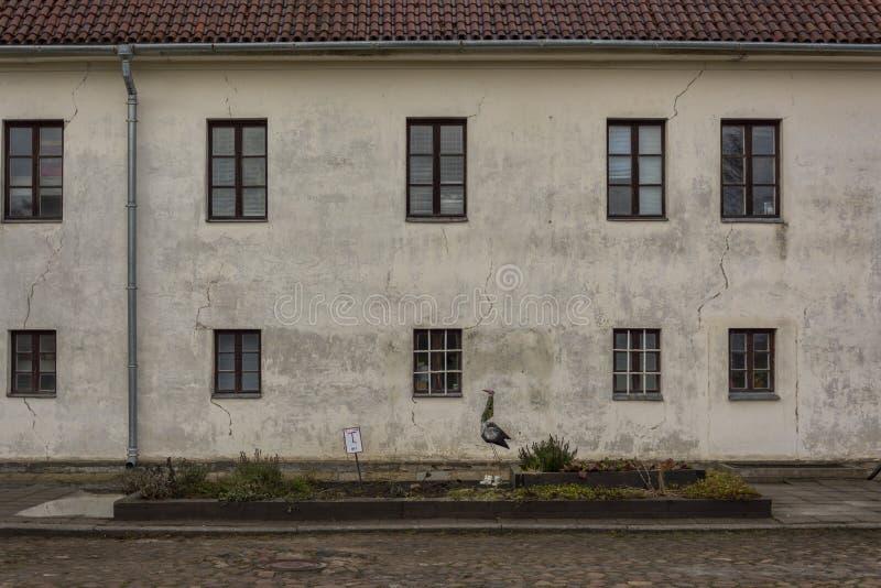 Παλαιός Λευκός Οίκος με τα παράθυρα στοκ φωτογραφίες με δικαίωμα ελεύθερης χρήσης