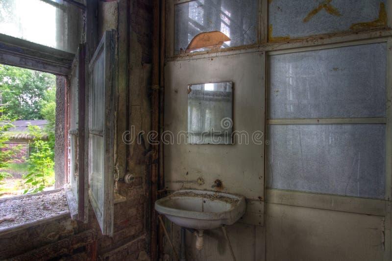 Παλαιός νεροχύτης σε ένα εγκαταλειμμένο σπίτι στοκ εικόνα με δικαίωμα ελεύθερης χρήσης