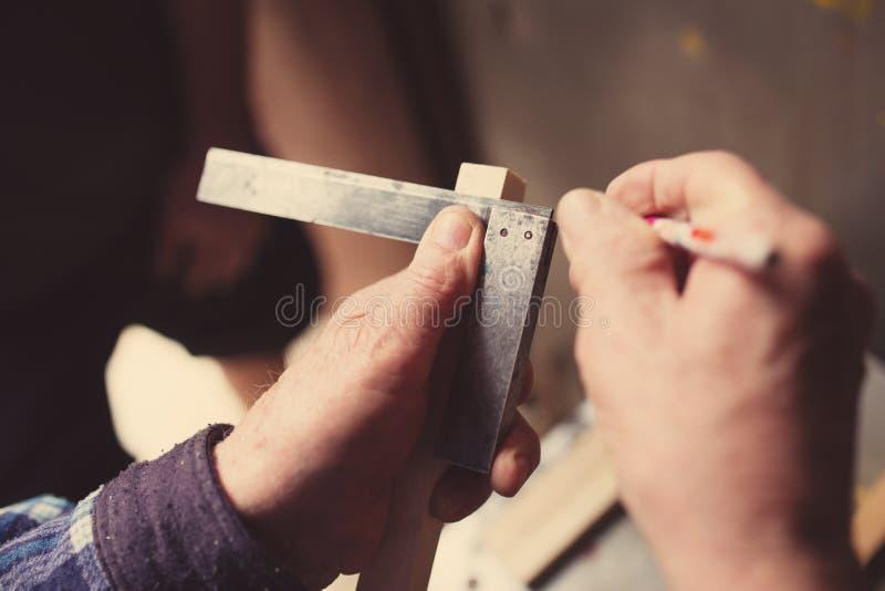 Παλαιός ξυλουργός που εργάζεται με το ξύλο στοκ εικόνες