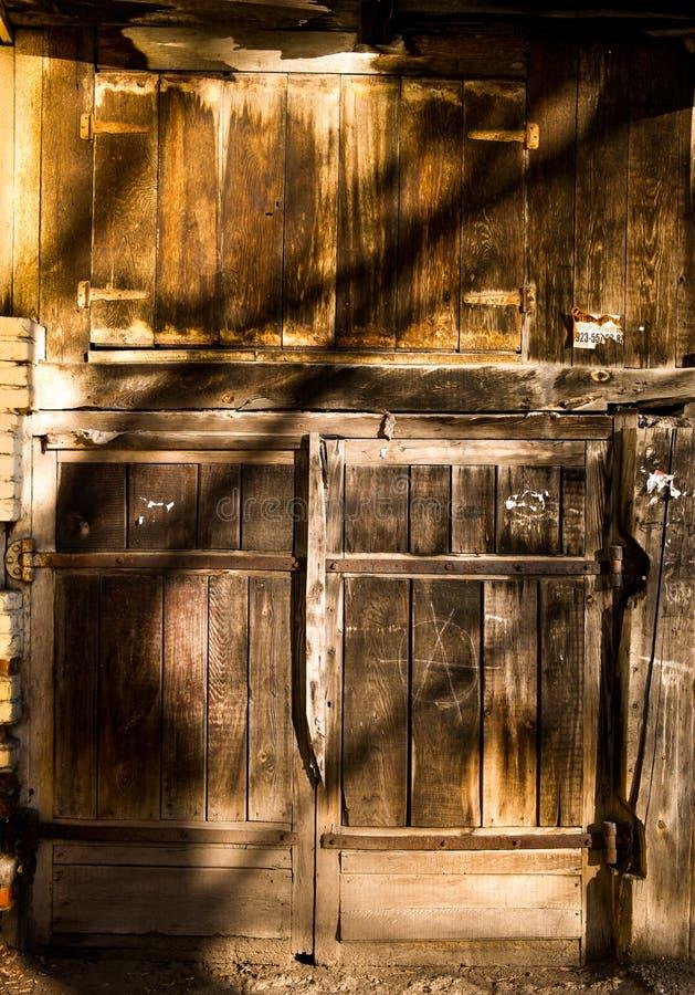 παλαιός ξύλινος γκαράζ πορτών στοκ φωτογραφίες