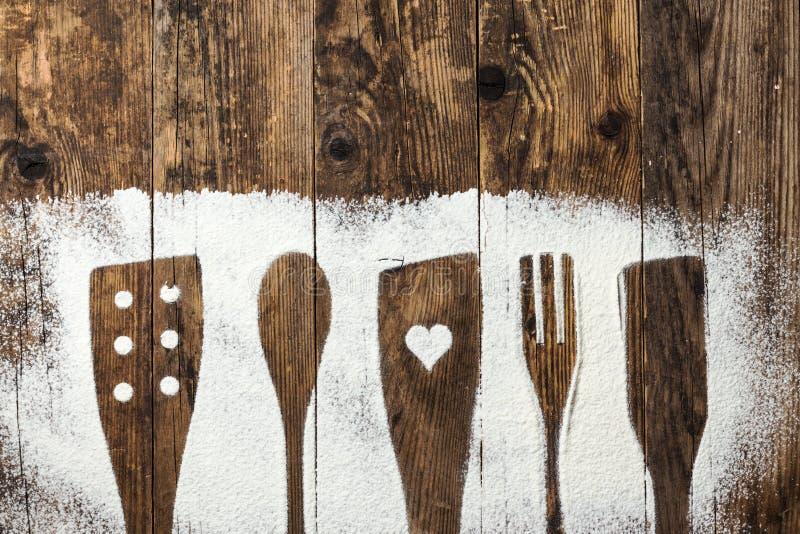 Παλαιός ξύλινος πίνακας μαχαιροπήρουνων που ψεκάζεται με το αλεύρι στοκ εικόνα
