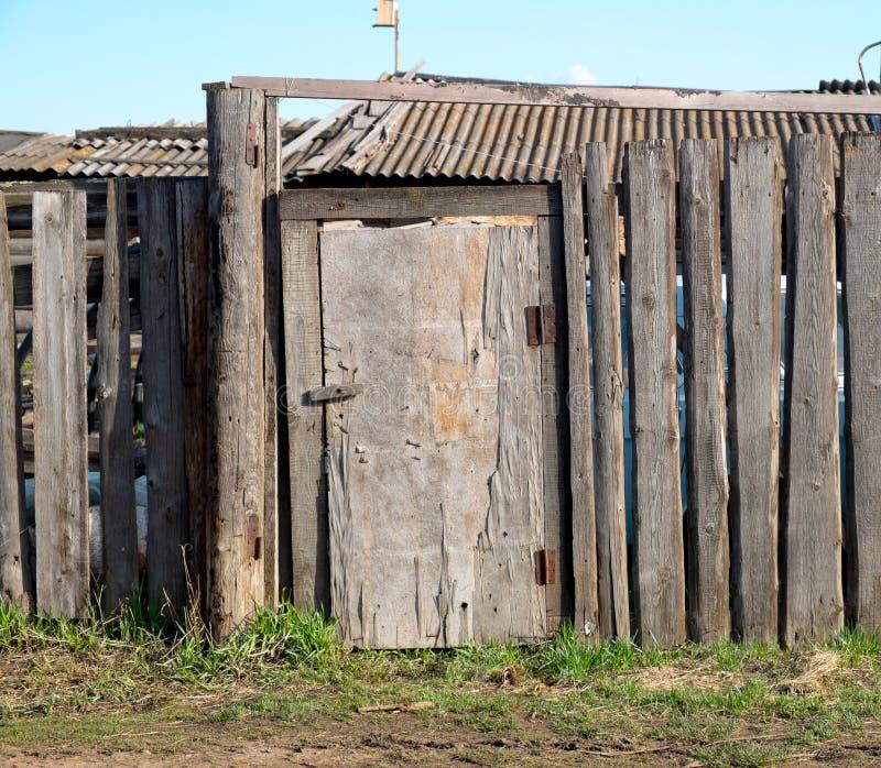 Παλαιός ξύλινος φράκτης και μια πόρτα στοκ φωτογραφίες με δικαίωμα ελεύθερης χρήσης