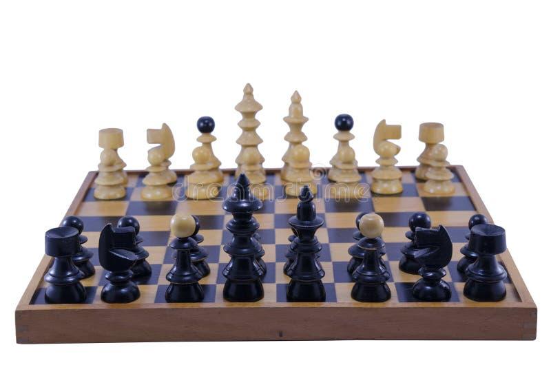 Παλαιός πίνακας σκακιού με τα κομμάτια έτοιμα να παίξουν, απομονωμένος στοκ φωτογραφίες με δικαίωμα ελεύθερης χρήσης