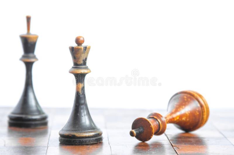 Παλαιός πίνακας σκακιού με τα ξύλινα κομμάτια σε ένα άσπρο υπόβαθρο στοκ εικόνα