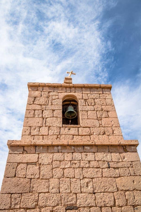 Παλαιός πύργος εκκλησιών του χωριού Socaire - έρημος Atacama, Χιλή στοκ εικόνα