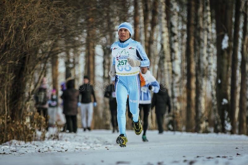 Παλαιός δρομέας ατόμων που τρέχει στη διαδρομή στο χειμερινό δάσος στοκ φωτογραφίες με δικαίωμα ελεύθερης χρήσης