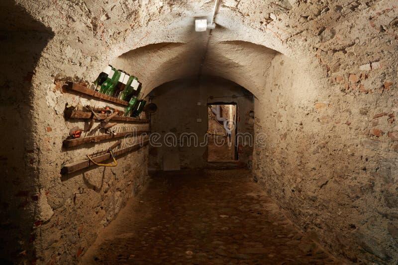 Παλαιός, σκοτεινός διάδρομος υπογείων στο αρχαίο σπίτι στοκ φωτογραφία