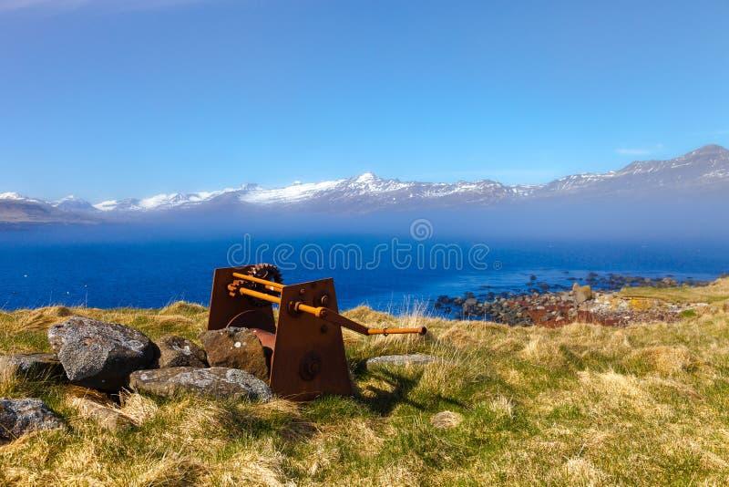 Παλαιός σκουριασμένος μηχανισμός στην ακτή του φιορδ στην ανατολική Ισλανδία στοκ φωτογραφία με δικαίωμα ελεύθερης χρήσης