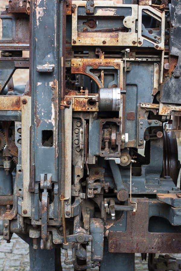 Παλαιός σκουριασμένος σύνθετος μηχανισμός μηχανών εκτύπωσης του μετάλλου στοκ εικόνα με δικαίωμα ελεύθερης χρήσης