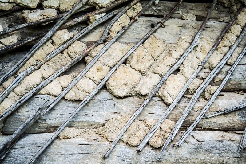 Παλαιός σπασμένος τοίχος κούτσουρων στοκ φωτογραφία