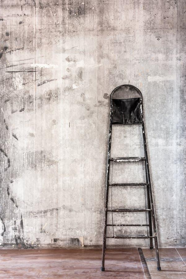 Παλαιός συμπαγής τοίχος στην επισκευή του δωματίου με το βρώμικο καφετί πάτωμα και το s στοκ εικόνα με δικαίωμα ελεύθερης χρήσης