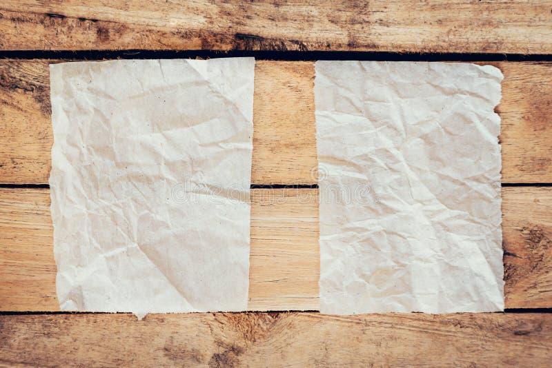 Παλαιός σχισμένος τρύγος εγγράφου και αφισών στο ξύλινο υπόβαθρο με το διάστημα στοκ φωτογραφίες