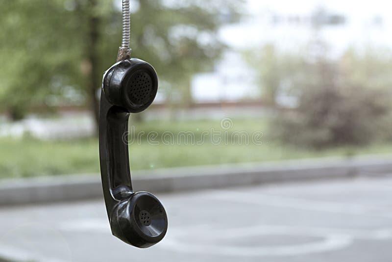 Παλαιός τηλεφωνικός σωλήνας εκλεκτής ποιότητας και αναδρομικός Τηλεφωνικός θάλαμος στο πάρκο στοκ φωτογραφίες με δικαίωμα ελεύθερης χρήσης