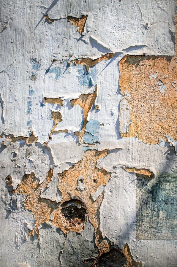 Παλαιός τοίχος με το ραγισμένο χρώμα στοκ φωτογραφία