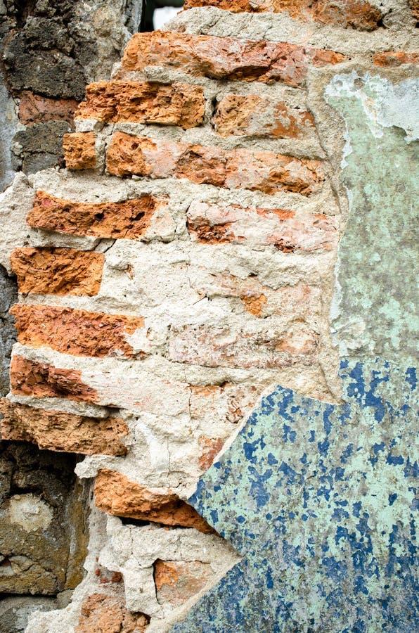 Παλαιός τοίχος με το ραγισμένο χρώμα στοκ εικόνα με δικαίωμα ελεύθερης χρήσης