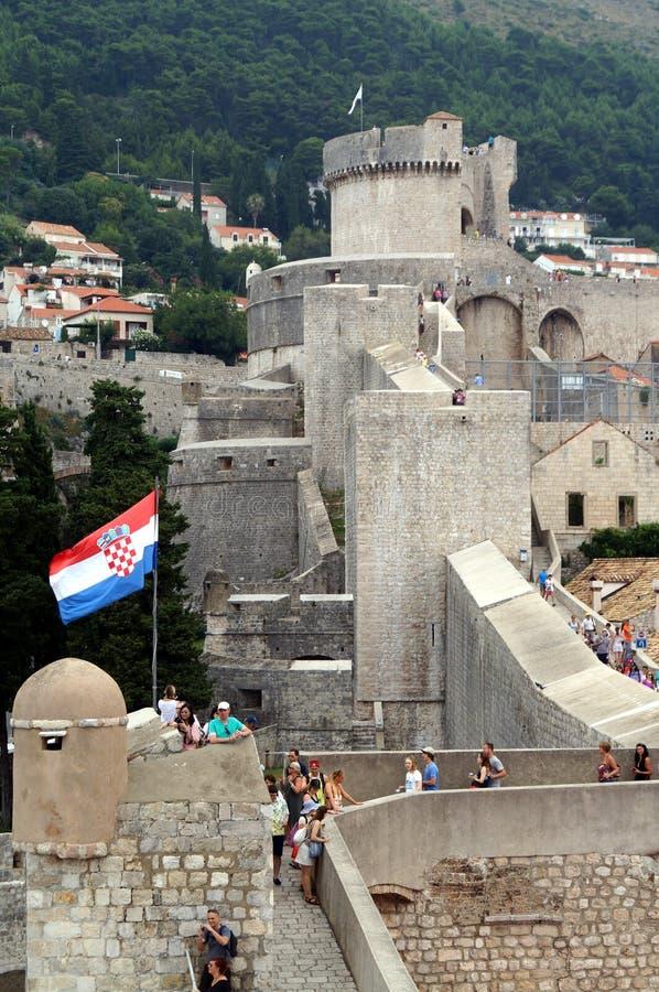 Παλαιός τοίχος πόλεων Dubrovnik, άνθρωποι σημαιών της Κροατίας στοκ φωτογραφία με δικαίωμα ελεύθερης χρήσης
