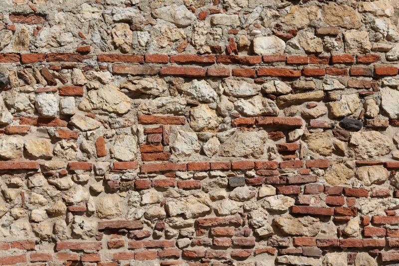 Παλαιός τοίχος των πετρών και των κόκκινων τούβλων με τον ασβέστη στοκ φωτογραφίες