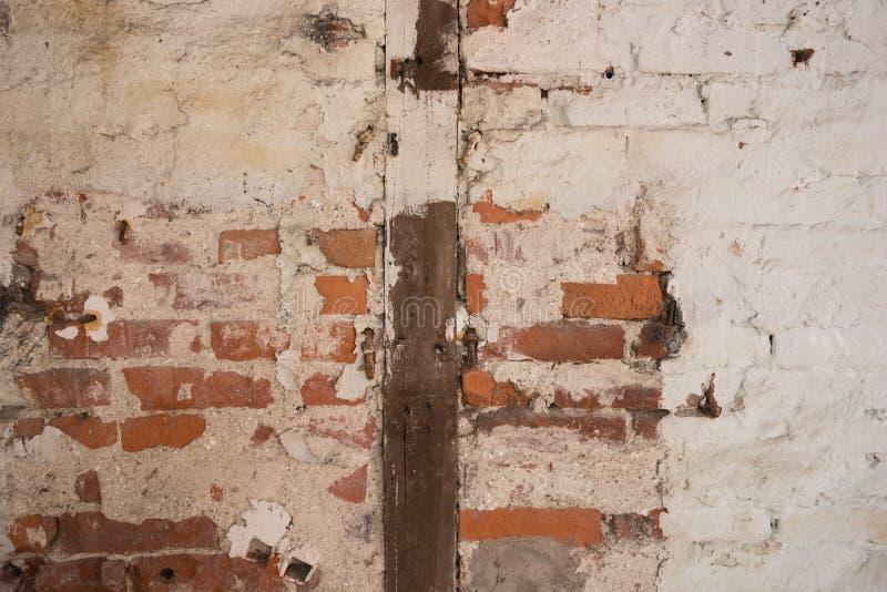 Παλαιός τουβλότοιχος με τις ξύλινες ακτίνες ως υπόβαθρο στοκ φωτογραφία με δικαίωμα ελεύθερης χρήσης