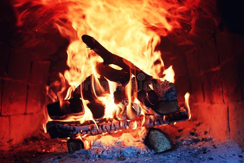 Παλαιός φούρνος με την πυρκαγιά φλογών στοκ φωτογραφίες με δικαίωμα ελεύθερης χρήσης