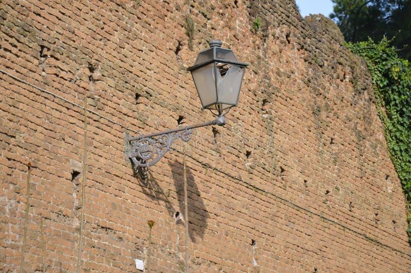 Παλαιός φωτεινός σηματοδότης στον αρχαίο τουβλότοιχο στοκ εικόνα