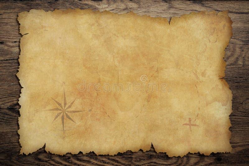 Παλαιός χάρτης θησαυρών περγαμηνής πειρατών στον ξύλινο πίνακα ελεύθερη απεικόνιση δικαιώματος