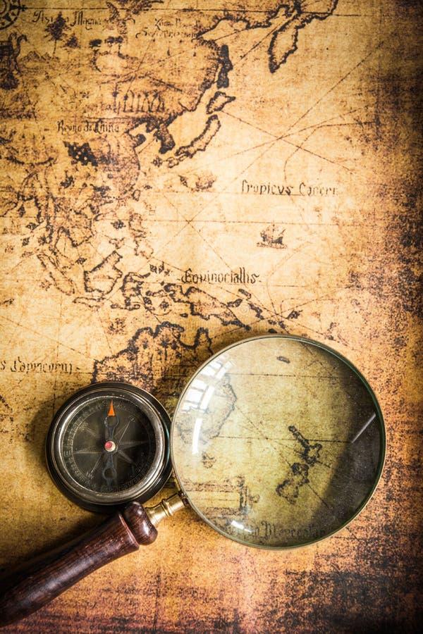 Παλαιός χάρτης με την πυξίδα και Magnifier στοκ εικόνες