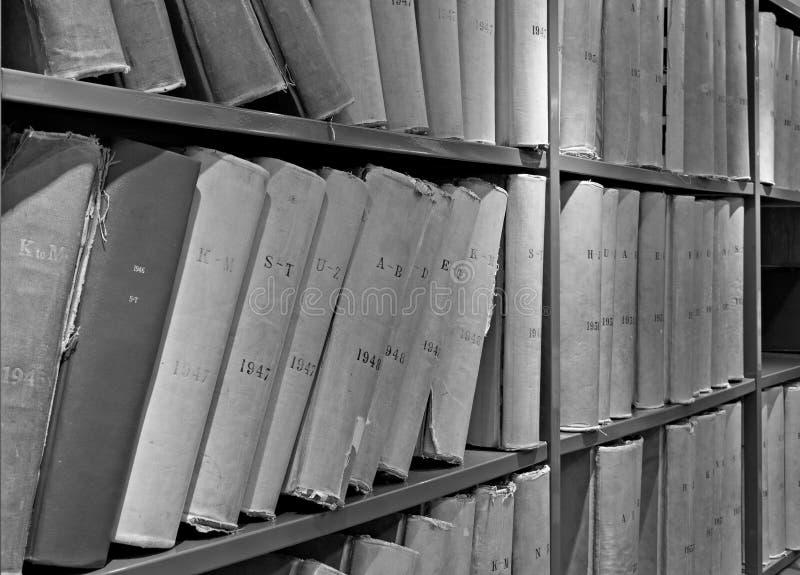 Παλαιός όγκος των βιβλίων βιβλιοθηκών στα ράφια στοκ φωτογραφίες