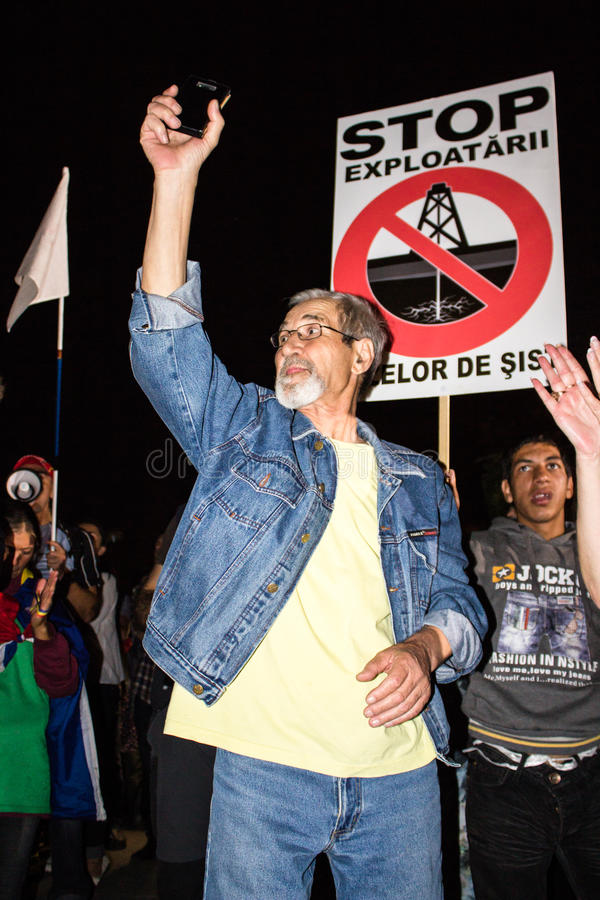 Παλαιότερος διαμαρτυρόμενος ενάντια στο χρυσό κυανιδίου Rosia Μοντάνα στοκ εικόνες