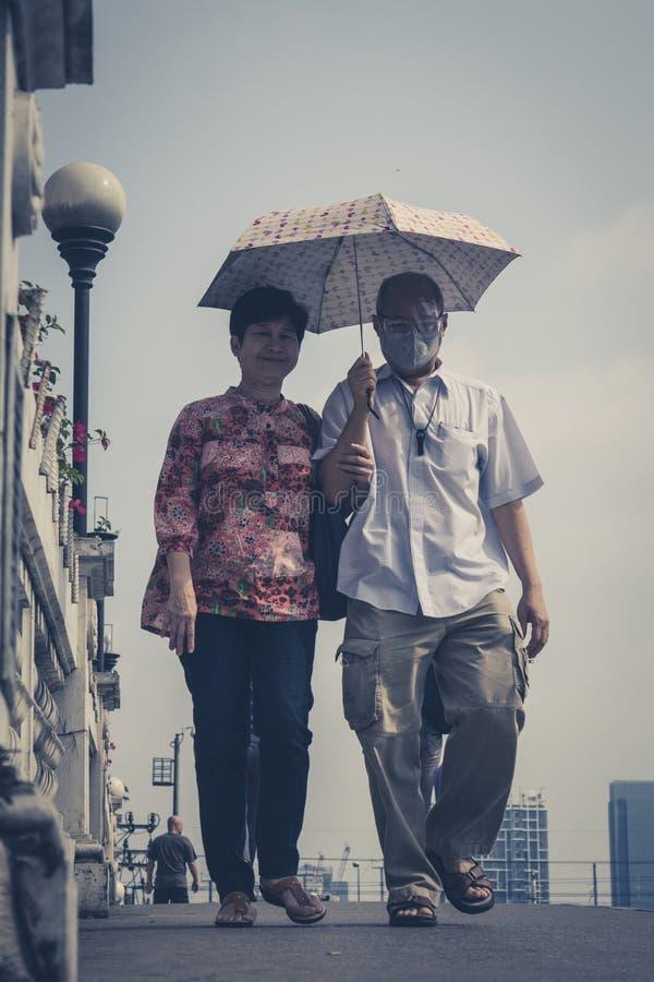 Παλαιότερο ασιατικό πορτρέτο ζευγών - φωτογραφία Μπανγκόκ οδών ανθρώπων στοκ εικόνες