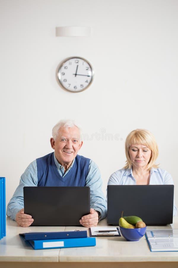 Παλαιότερο ζεύγος που εργάζεται από κοινού στοκ εικόνες με δικαίωμα ελεύθερης χρήσης