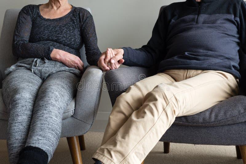 Παλαιότερο ζεύγος που κάθεται μαζί (καλλιεργημένος) στοκ φωτογραφία με δικαίωμα ελεύθερης χρήσης