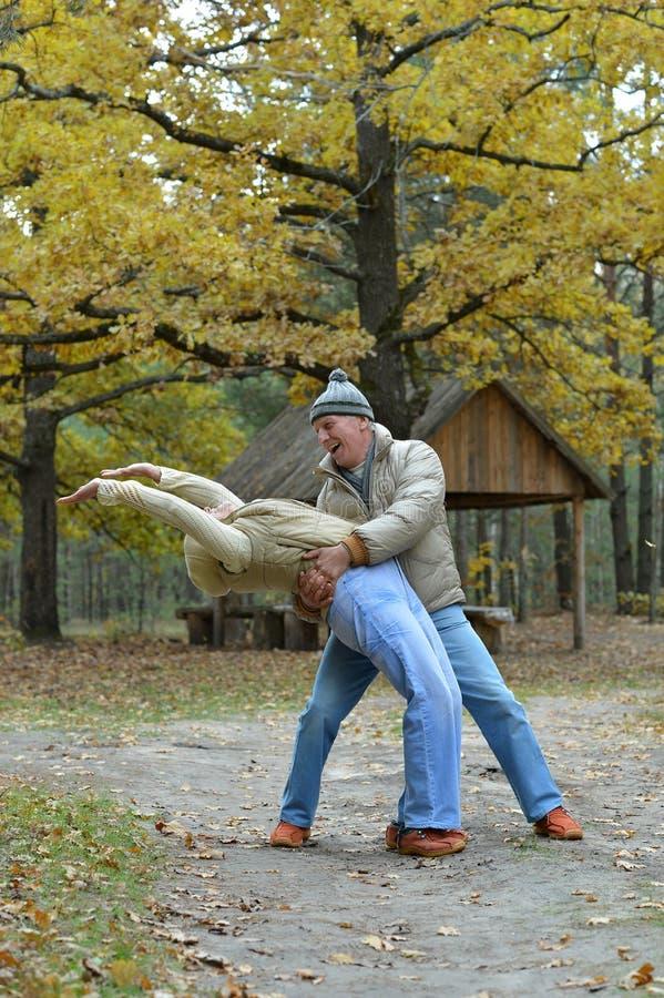 Παλαιότερο ζεύγος που περπατά στο πάρκο στοκ φωτογραφία