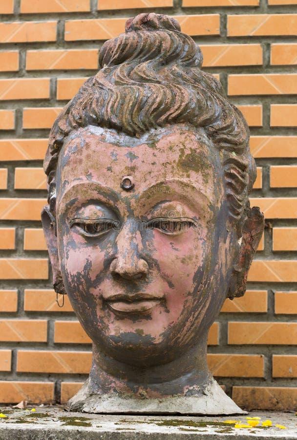 Παλαιό άγαλμα προσώπου του Βούδα στον τοίχο στοκ εικόνες με δικαίωμα ελεύθερης χρήσης