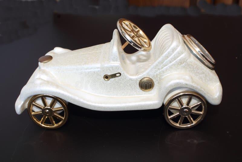 Παλαιό άσπρο αυτοκίνητο παιχνιδιών διακοσμήσεων στοκ εικόνα με δικαίωμα ελεύθερης χρήσης