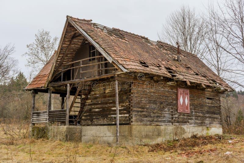 Παλαιό αγροτικό εγκαταλειμμένο ξύλινο καταρρέοντας σπίτι στοκ εικόνες