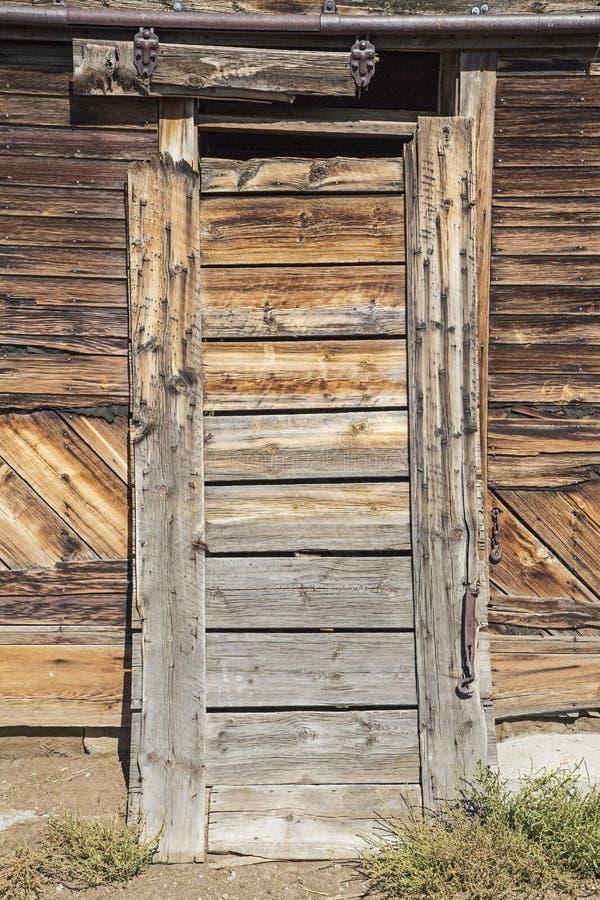 Παλαιό αγροτικό ξύλο πορτών σπιτιών στοκ φωτογραφία