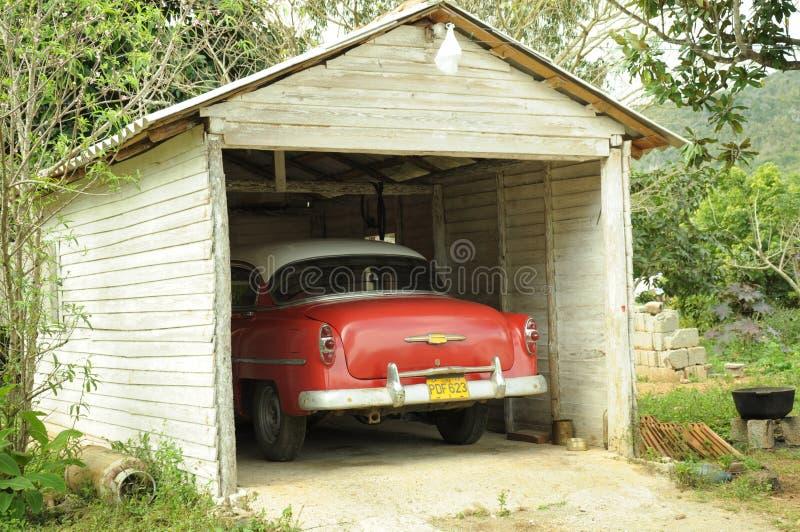 Παλαιό αμερικανικό αυτοκίνητο στο κουβανικό χωριό, Κούβα στοκ φωτογραφίες