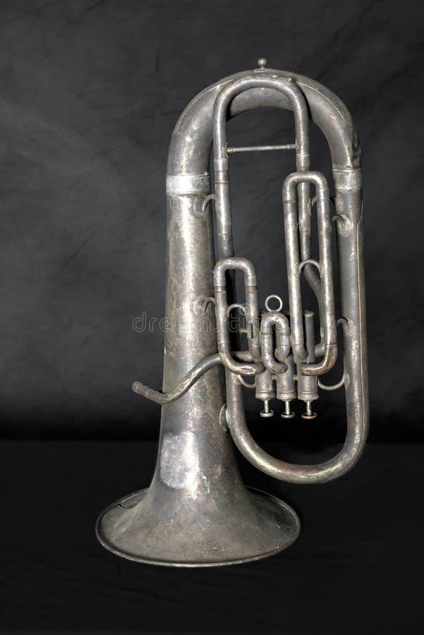 Παλαιό αναδρομικό εκλεκτής ποιότητας μουσικό όργανο Tuba μπάντας στοκ εικόνα