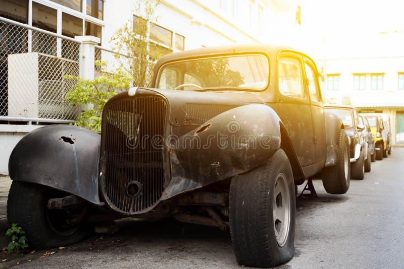 Παλαιό αυτοκίνητο γαλλικών κλειδιών σταματημένος στην οδό στοκ εικόνα