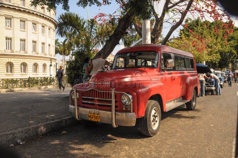 Παλαιό αυτοκίνητο στην οδό στην Αβάνα Κούβα στοκ εικόνα