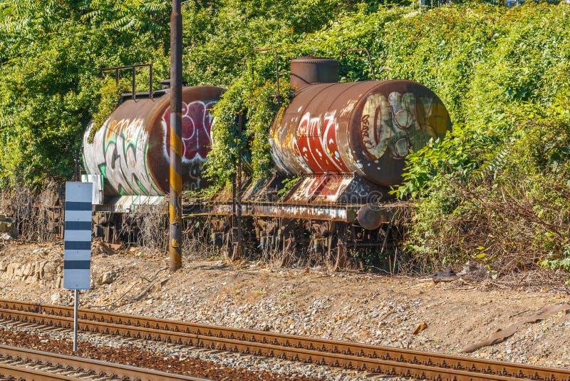 Παλαιό βαγόνι εμπορευμάτων δεξαμενών σιδηροδρόμων με τα γκράφιτι στις διαδρομές στοκ φωτογραφία με δικαίωμα ελεύθερης χρήσης
