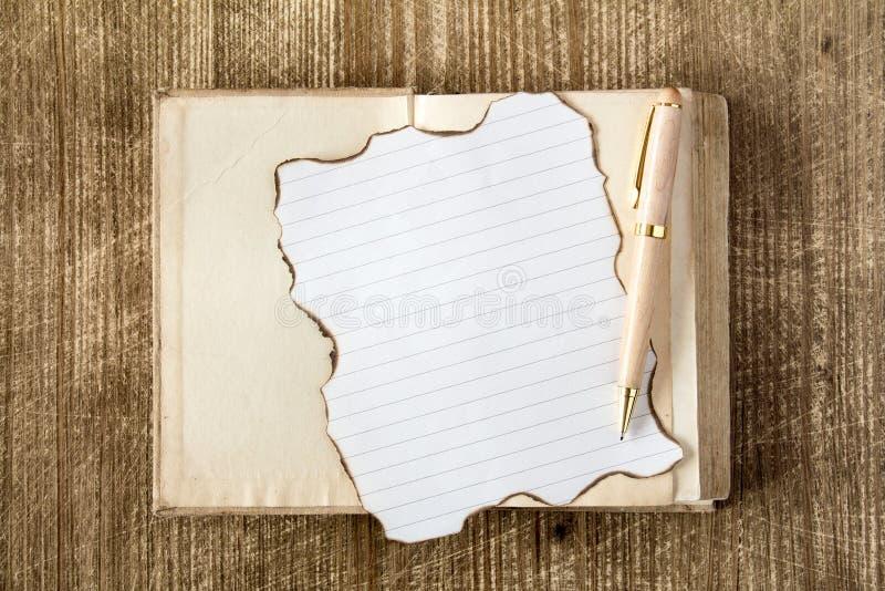 Παλαιό βιβλίο με τη μμένη επιστολή στοκ φωτογραφία