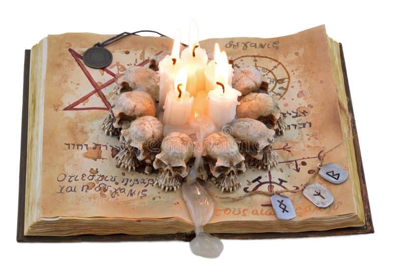 Μαγικό βιβλίο με τα κεριά και το μενταγιόν στοκ εικόνες