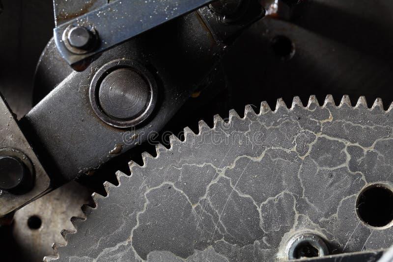 Παλαιό βρώμικο gearwheel στην εργασία στοκ εικόνες