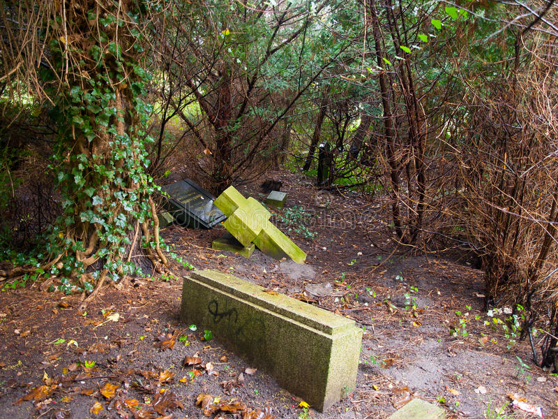 Παλαιό εγκαταλειμμένο νεκροταφείο στοκ εικόνα με δικαίωμα ελεύθερης χρήσης