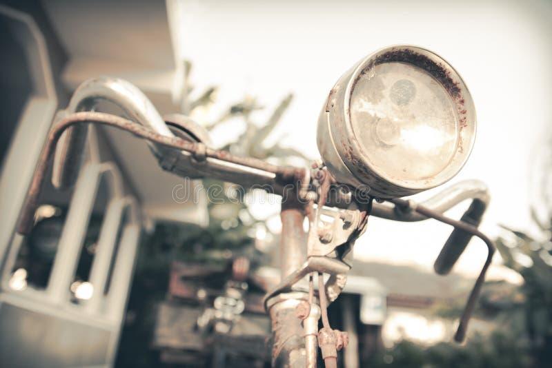Παλαιό εκλεκτής ποιότητας ποδήλατο σκουριάς στοκ φωτογραφία