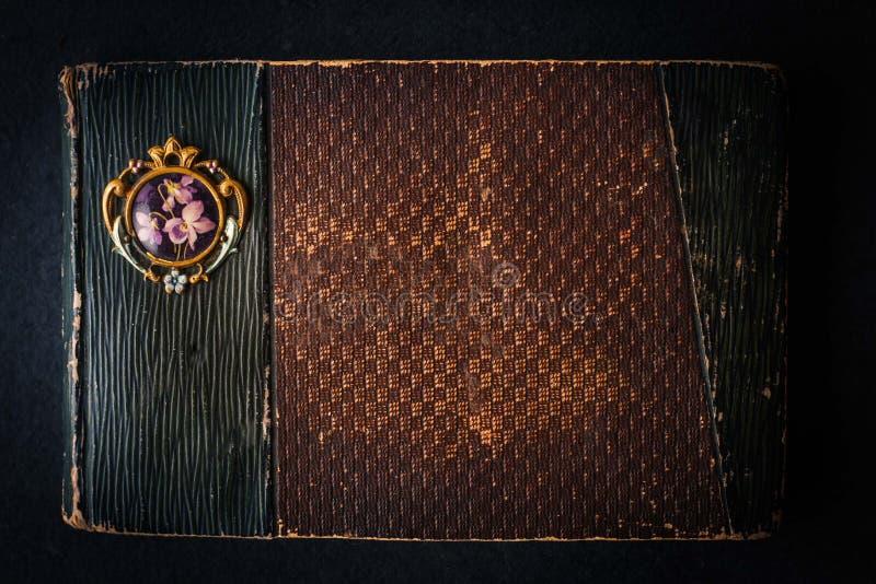 Παλαιό εκλεκτής ποιότητας σημειωματάριο στο σκοτεινό πίνακα πετρών στοκ φωτογραφία με δικαίωμα ελεύθερης χρήσης